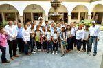 Visitan estudiantes de Cués de Palmas Altas a la alcaldesa Alma Laura Amparán