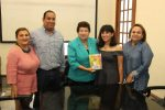 La alcaldesa Magdalena Peraza recibió a Ari Blue joven escritora victorense.